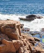 Surf Hitting Brown Boulders — Stock Photo