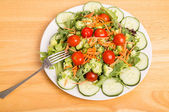 Fresh Vegetable Salad with Sliced Cayenne Peppers — Stock Photo