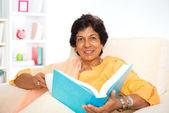Volwassen indiase vrouw lezing boek — Stockfoto