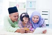 Asian family online shopping — Stock Photo