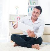 Homem asiático ouvir música com auscultadores — Foto Stock