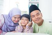 Familia del sudeste asiático — Foto de Stock