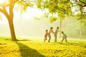 亚洲家庭户外质量时间 — 图库照片