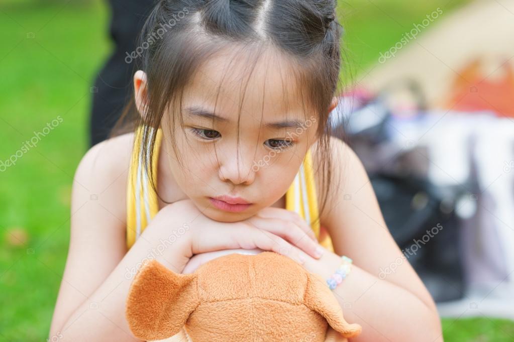 生气的亚洲儿童