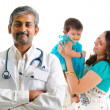 Indian medical doctor and patient family — Stockfoto
