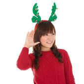Unga asiatiska christmas flicka lyssna — Stockfoto
