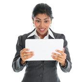 афро-американский бизнес-леди с помощью планшетного пк — Стоковое фото