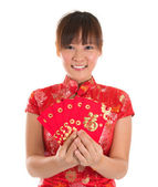 Chinese cheongsam girl holding red packets — Stok fotoğraf