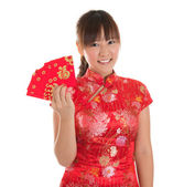 Chinese cheongsam girl showing red packets — Stok fotoğraf