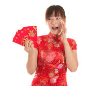 Surprise Chinese cheongsam girl holding red packets — Stok fotoğraf