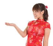 Chinese cheongsam girl showing empty palm — Stok fotoğraf