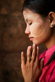 Myanmar girl is praying — Stock Photo
