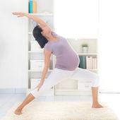 Anne tarafından yoga. — Stok fotoğraf