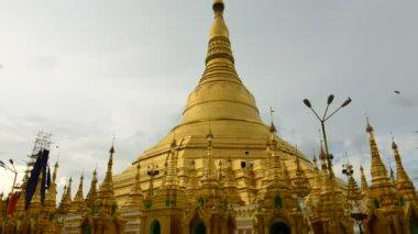 Time lapse of tourists walking around the Shwedagon Pagoda Yangon — Stock Video