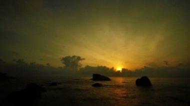 восход над морем, промежуток времени. телук chempedak, малайзия. — Стоковое видео
