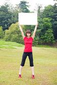 Ragazza asiatica all'aperto con cartello — Foto Stock