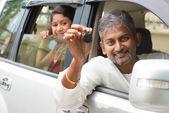 Homem indiano, mostrando sua nova chave de carro. — Fotografia Stock