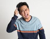 Asiatischen mann seine wirren haare zu kämmen — Stockfoto