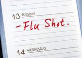 标记在记事簿上要有流感疫苗的日期 — 图库照片