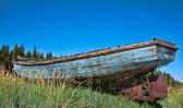 Traineira de pesca encalhada para dar um olhar vintage bem gasto — Foto Stock