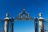 The gate and fence on a blue sky background — Stock Photo