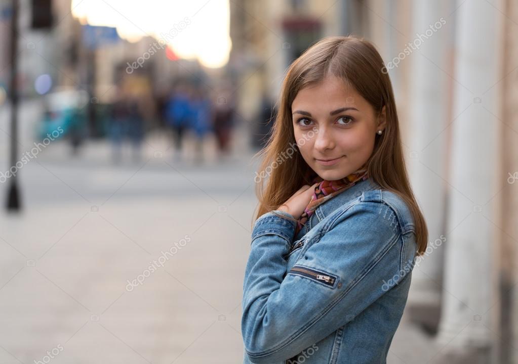 Фото красивой девушки брюнетки на улице