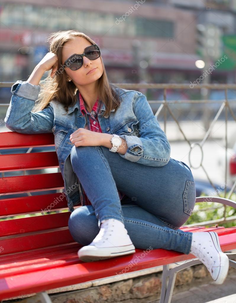 фото девушек на улице в джинсах