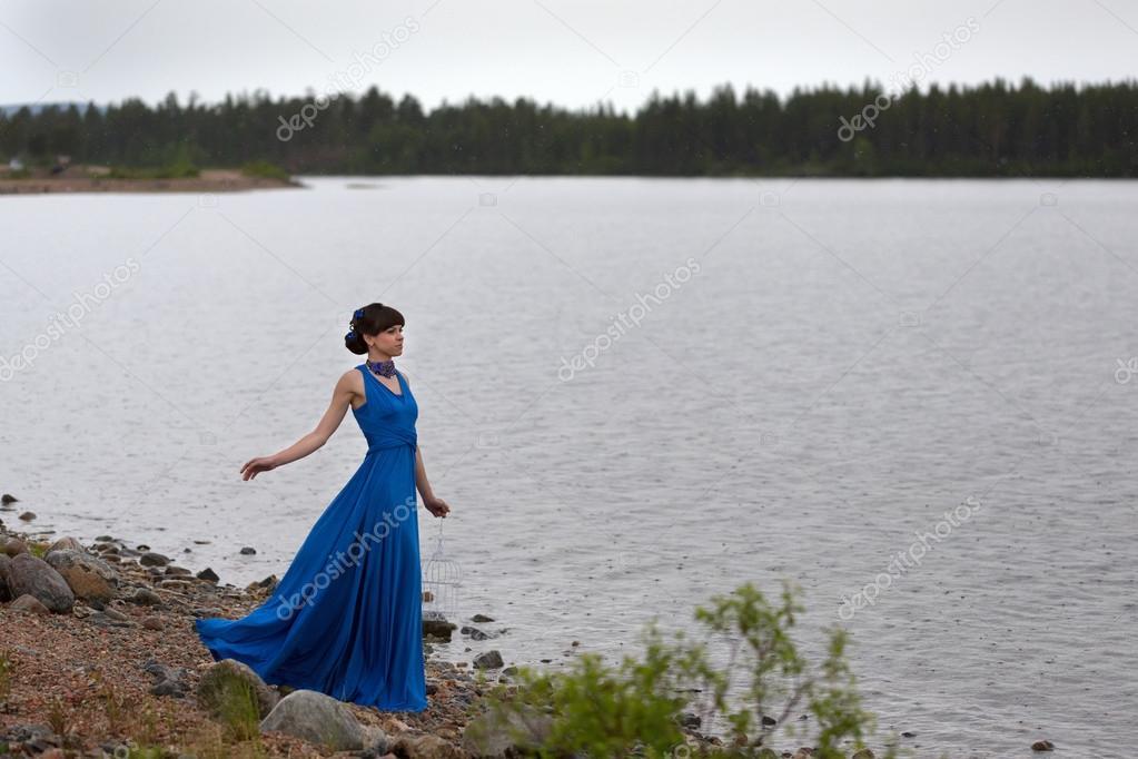 一件蓝衣服的女孩