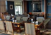 Интерьер ресторана в оттенки коричневого — Стоковое фото