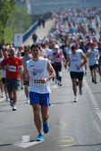 An unidentified man runs in 26th Belgrade Marathon on April 21, 2013 in Belgrade, Serbia — Zdjęcie stockowe