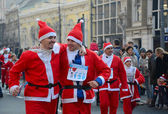 Unidentified participants of the sixth annual Belgrade Santas Race on Dec. 29, 2013 in Belgrade, Serbia — Foto de Stock