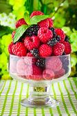 Sladké čerstvé ovoce v skleněnou nádobu s lístkem máty — Stock fotografie