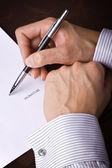 Menschliche hand mit stift signieren eines dokuments — Stockfoto