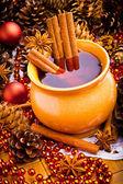 Vino en la jarra de café con canela y anís — Foto de Stock