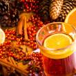 Mulled wine with cinnamon sticks and christmas anise stars — Stockfoto