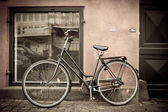 Classic vintage retro city bicycle in Copenhagen, Denmark — Stockfoto