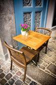Vintage oude ouderwetse café stoelen met tabel in kopenhagen — Stockfoto