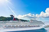 Schöne kreuzfahrtschiff vor anker am karibischen inseln — Stockfoto