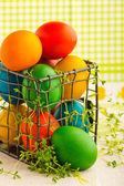 Hermosos huevos de pascua decorativos en metal puede — Foto de Stock