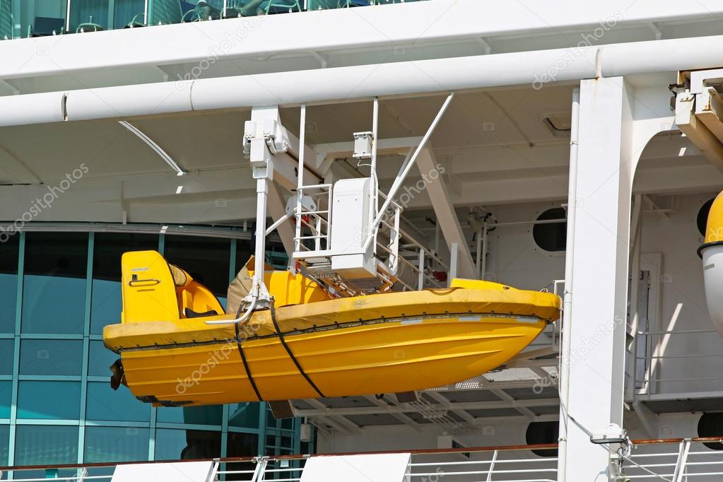 Safety boat for emergency evacuation from cruise ship — Stock Photo #13916086