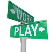 Praca vs grać dwa znaki drogi ulicy czas off fun rekreacja — Zdjęcie stockowe