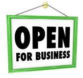 业务标志挂商店窗口门的打开 — 图库照片