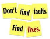 No encontrar fallas encontrar soluciones diciendo cita notas adhesivas — Foto de Stock