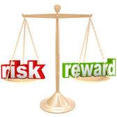 Risiko gegen belohnung worte auf skala abwägen, positive und negative — Stockfoto