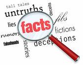 Op zoek naar feiten versus fictie - vergrootglas — Stockfoto