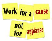 Trabajar por una causa no por aplausos diciendo citar notas adhesivas — Foto de Stock