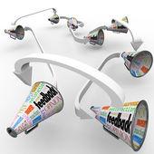 Megafoni megafoni di feedback diffondendo commenti opinioni — Foto Stock