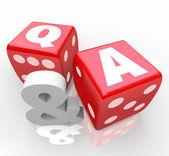 Q and a vragen antwoorden brieven op rode dobbelsteen — Stockfoto