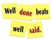 Goed gedaan beats zei goed zeggen citaat op plaknotities — Stockfoto