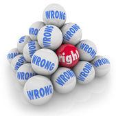 выбор правой мяч среди неправильно альтернативы выбрать лучший вариант — Стоковое фото